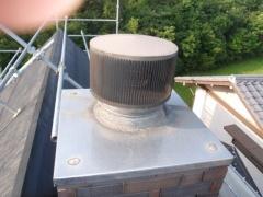 煙道と煙突キャップ部分のコーキングをします。